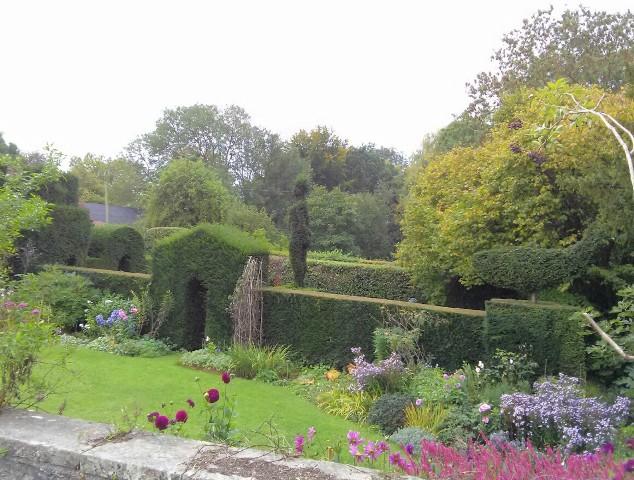 09271502-elegant-garden-topiary
