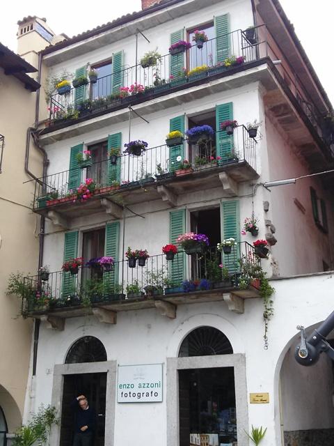 05281601 lakeside flower bedecked balconies